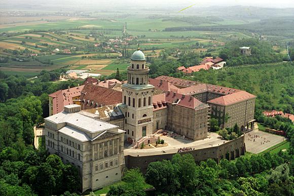 Saint Étienne roi apostolique de Hongrie - comment la Hongrie est devenue un pays chrétien Pannonhalmi%20ap